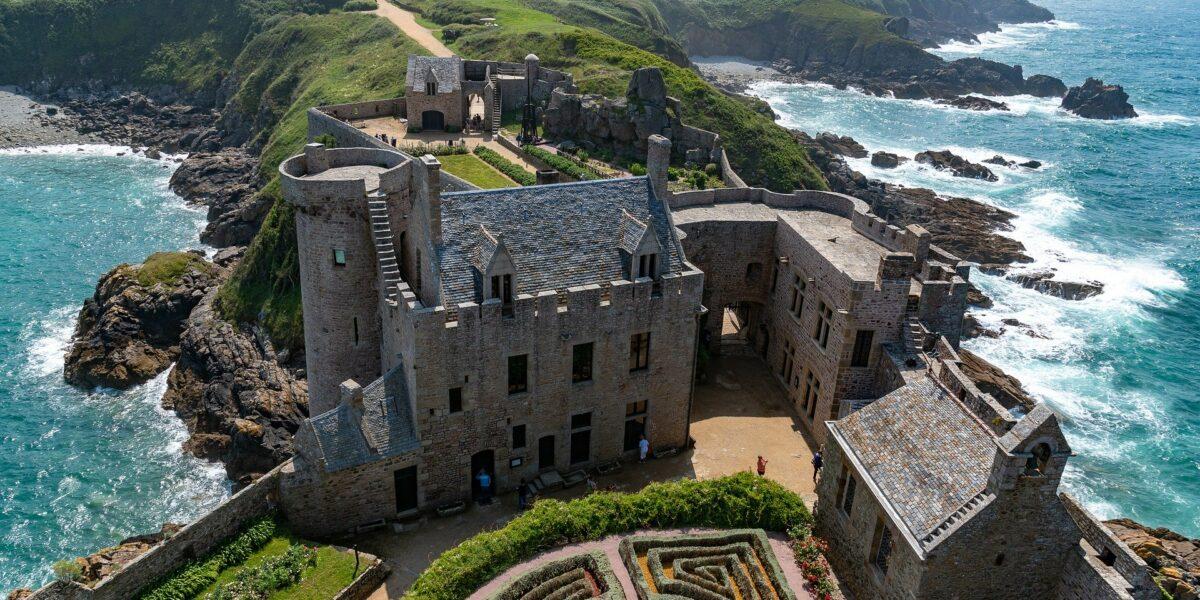 Vue aérienne d'un château et de son jardin en Bretagne